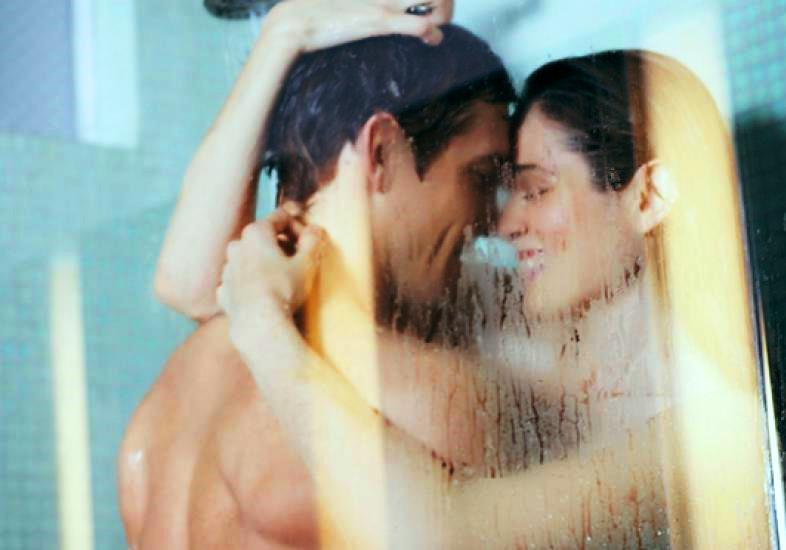 casal-fazendo-sexo-no-banheiro