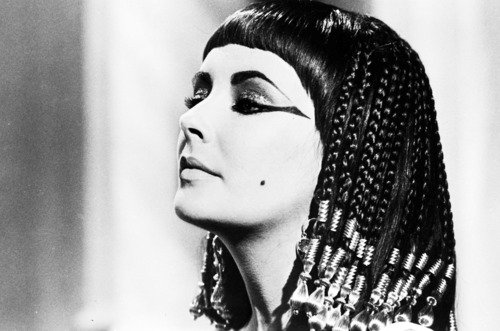 """American actress Elizabeth Taylor on the set of the film """"Cleopatra (aka """"Cleopatre"""") directed by Joseph L. Mankiewicz. Rome, ITALY - 1962"""